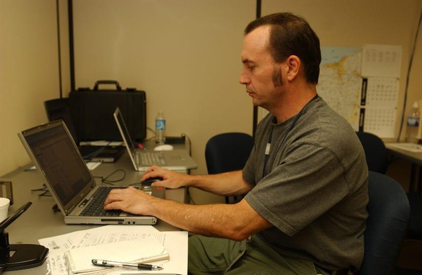 Empleado trabajando con ordenador