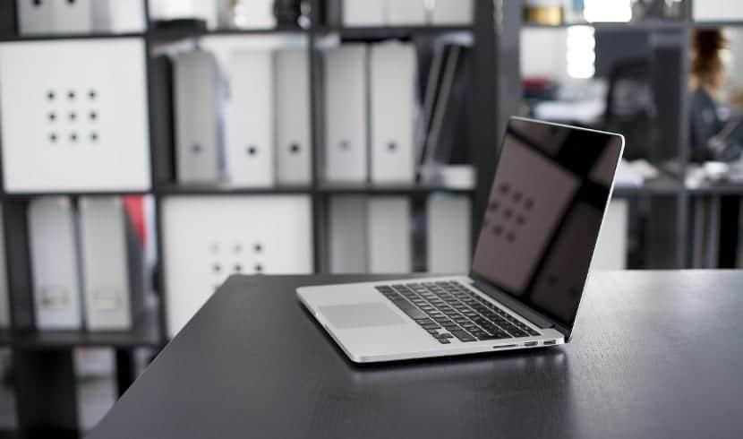 Oficina con portátil