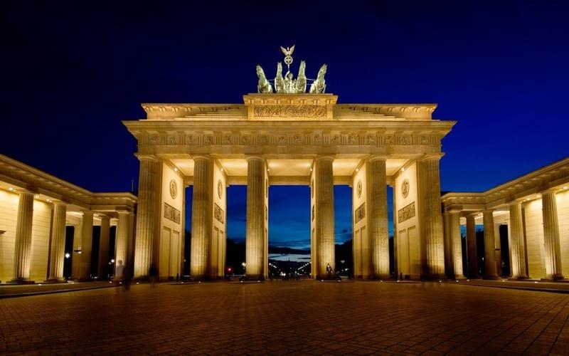 Puerta de Brandeburgo iluminada por la noche