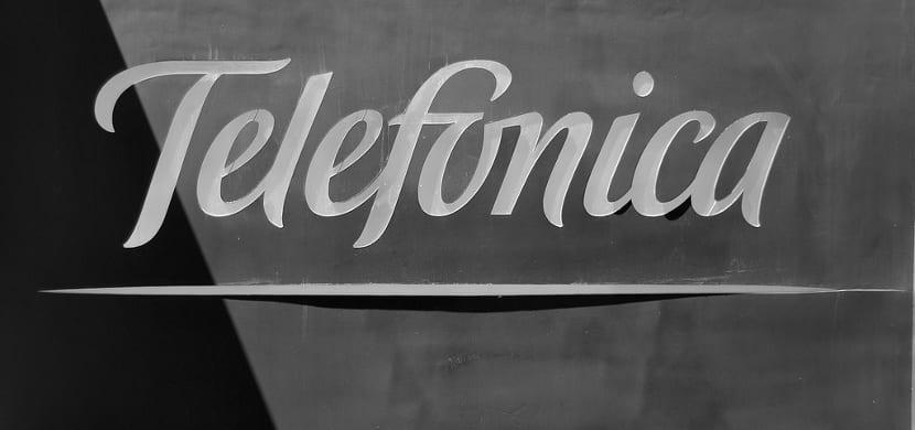 Logotipo de Telefónica en su edificio.