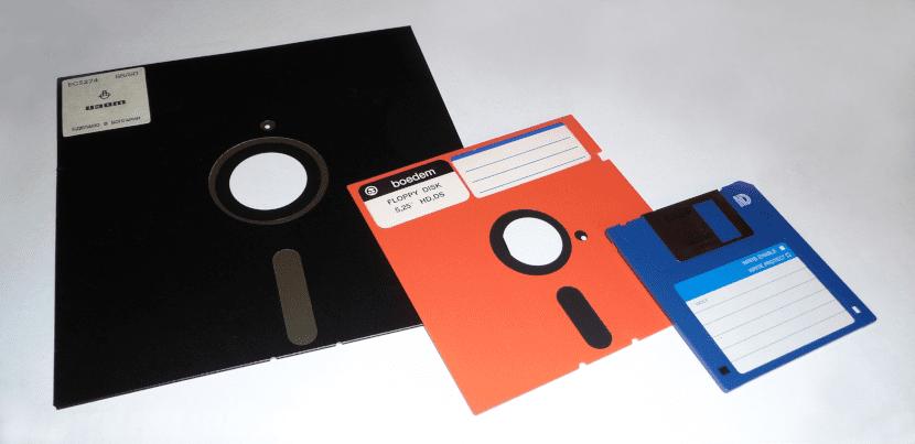 Foto con tres tamaños de disquetes.