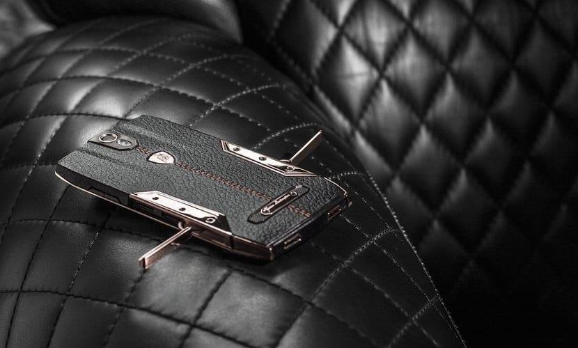 Lamborghini Tauri 88 sobre sofá de piel negra