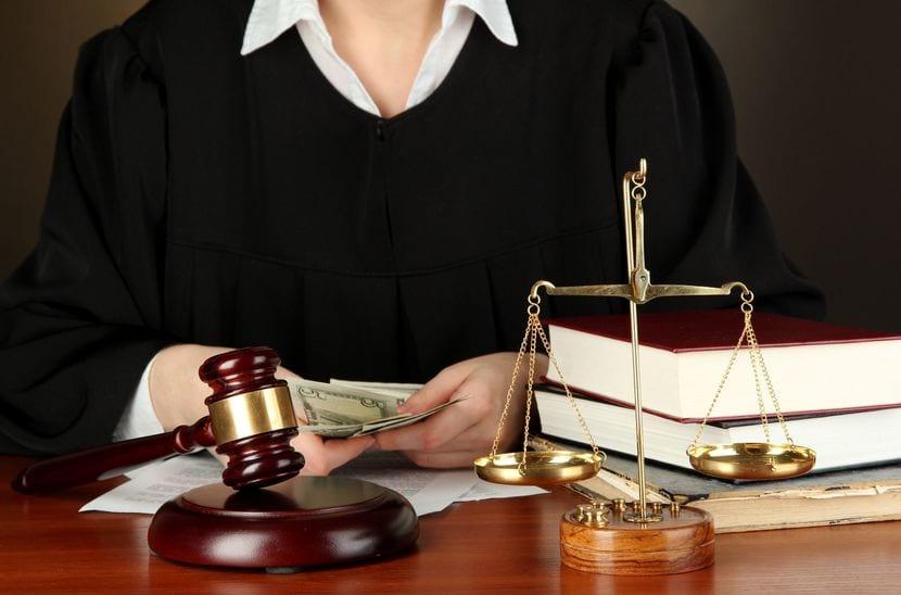 Ley: mazo juez, balanza, libros