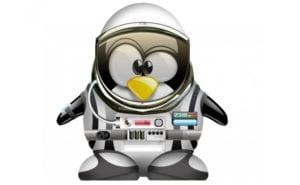 Tux con traje de astronauta