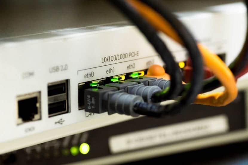 Parte trasera de un router con los diferentes puertos de red.