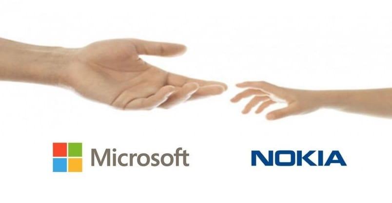 Famosa pantalla de Nokia Connecting People con las manos de Microsoft y Nokia