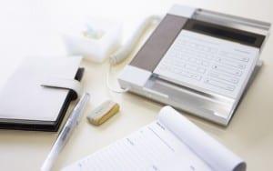 Mesa con artículos de oficina