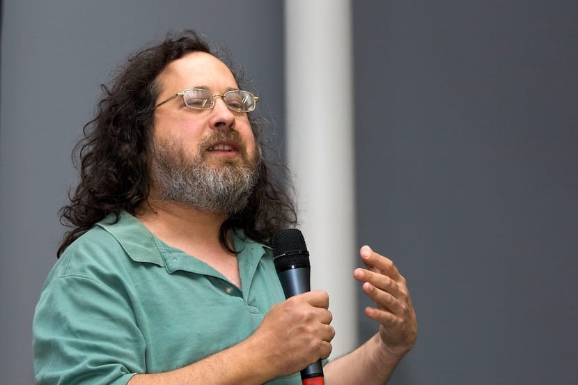 Richard Stallman durante una conferencia