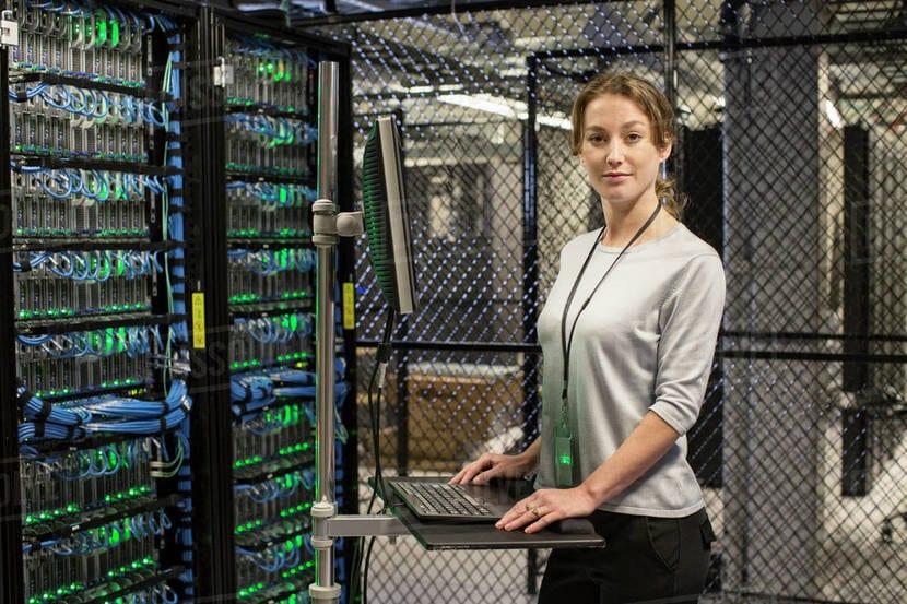 Mujer sysadmin con servidor