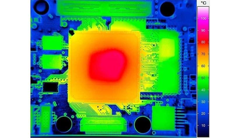Termografía de una placa base centrada en el microprocesador (hotspot)